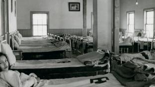Deux jeunes filles couchées dans le dortoir du pensionnat All Saints à Lac La Ronge.